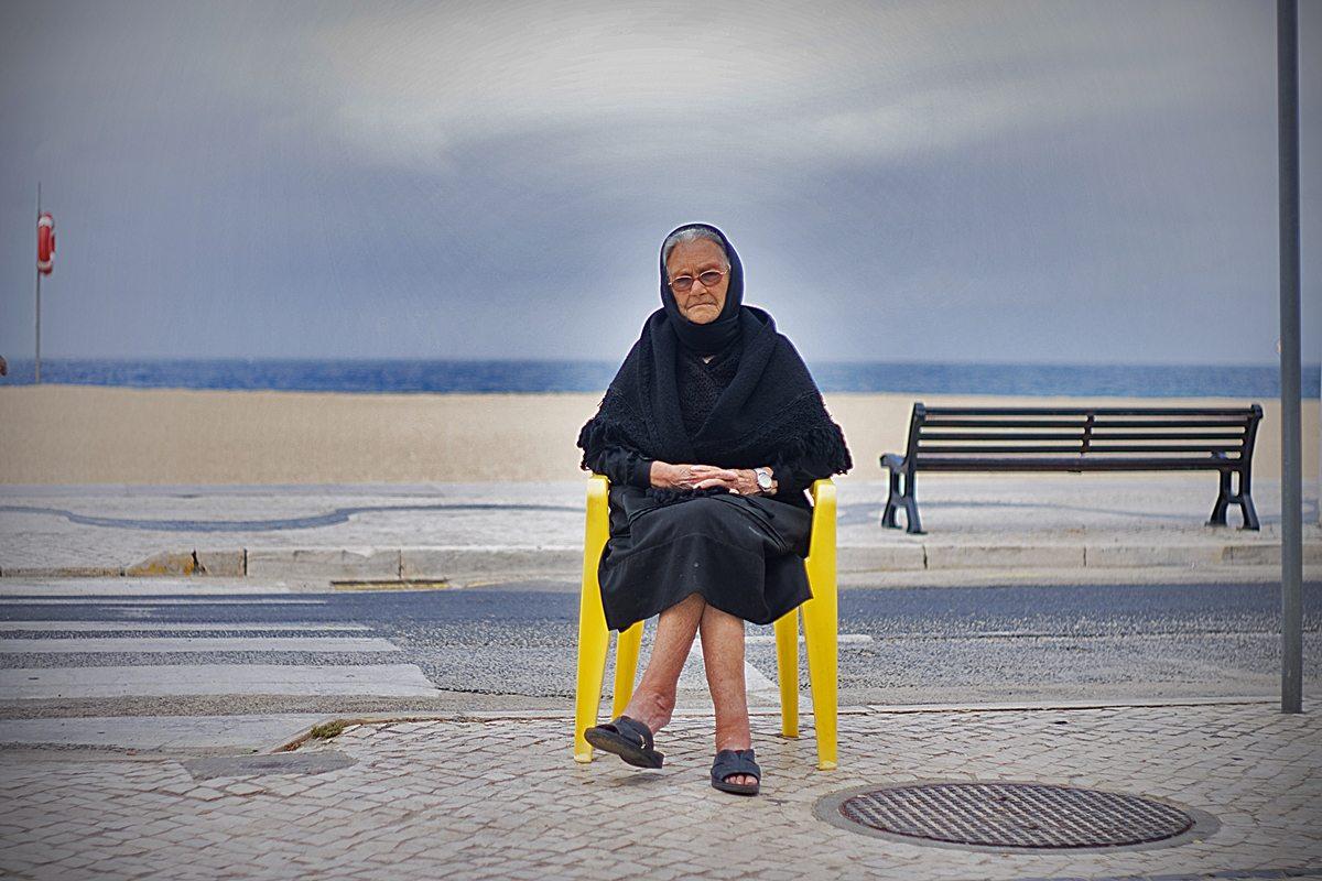 Reminiscing by the ocean, Nazaré, Portugal ~ Luis Rubim CC BY-SA 4.0